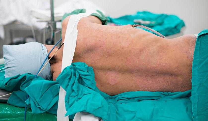 Cuidados de enfermería en la colocación de un tubo de tórax para realizar un drenaje pleural