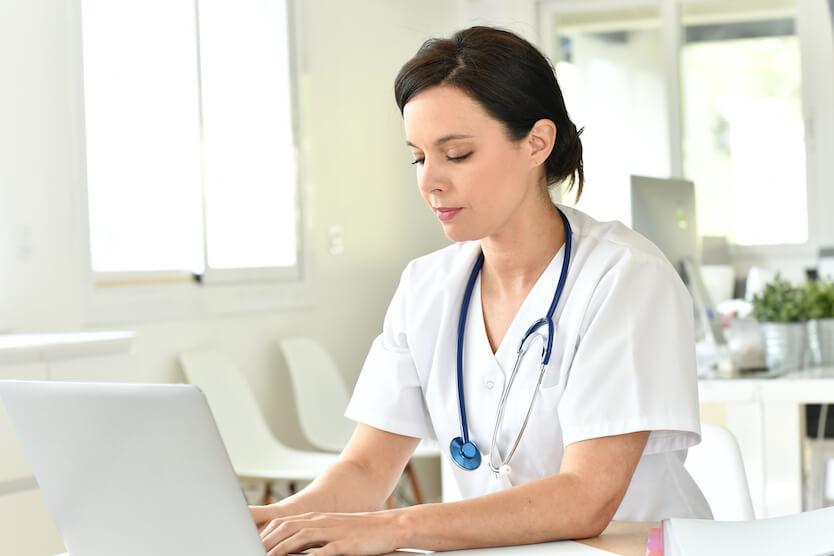 Por qué hacer un máster de enfermería online en lugar de presencial